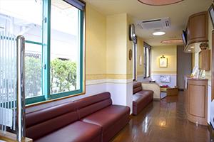 沖縄市のカントリー歯科クリニックの待合室の写真です。
