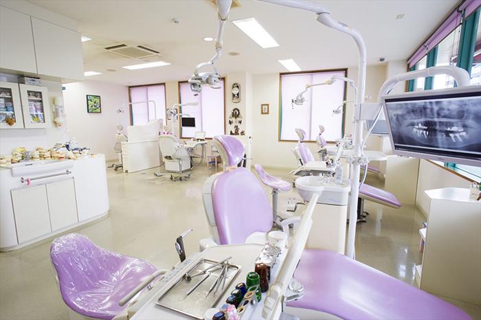沖縄市のカントリー歯科クリニックのオープンスペース構造の治療室写真です。